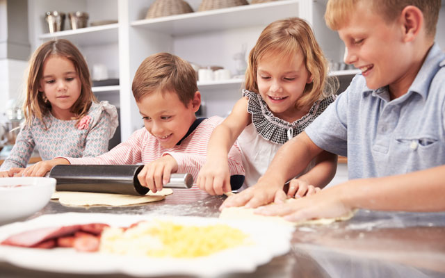 Otroci pripravljajo pico